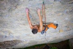 Le grimpeur monte la roche Images stock