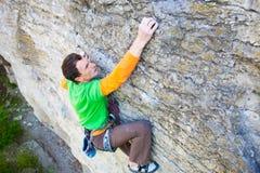 Le grimpeur monte la roche photos stock