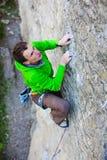 Le grimpeur monte la roche photo libre de droits