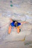 Le grimpeur monte la roche image stock