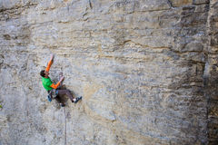 Le grimpeur monte la roche photos libres de droits