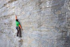 Le grimpeur monte la roche image libre de droits