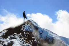 Le grimpeur se tient sur le sommet du volcan d'Avacha Image stock