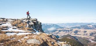 Le grimpeur sur le dessus de la montagne images stock