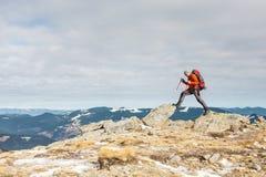 Le grimpeur sur le dessus de la montagne photographie stock libre de droits