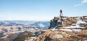 Le grimpeur sur le dessus de la montagne images libres de droits