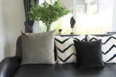 Le gris repose l'arrangement sur le divan beige dans le salon photographie stock