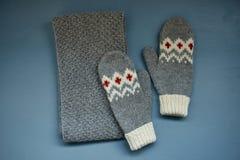 Le gris a tricoté l'écharpe de sirène avec un modèle de jacquard sur un fond gris Photographie stock