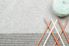 Le gris a tricoté le tissu fait de fil heathered avec les fourchettes de tricotage a Photo stock