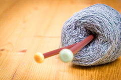 Le gris a tricoté le tissu fait de fil heathered avec les fourchettes de tricotage a Photo libre de droits