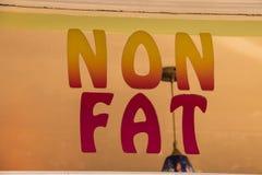 Le gros de mots non peint sur la fenêtre de magasin de crème glacée  photos stock
