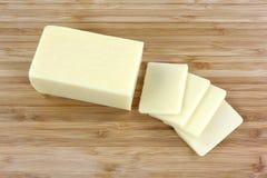 Le gros fromage réduit découpe le dessus en tranches image stock