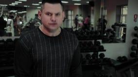 Le gros homme gai exécute un exercice faux dans le gymnase Pour la première fois dans un centre de fitness banque de vidéos