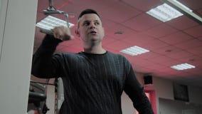 Le gros homme gai exécute un exercice faux dans le gymnase Pour la première fois dans un centre de fitness clips vidéos