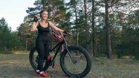 Le gros vélo a également appelé le vélo de fatbike ou de gros-pneu dans l'équitation d'été dans la forêt Images libres de droits