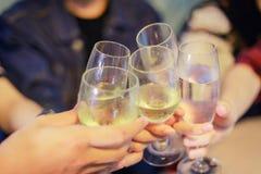 Le groupe asiatique d'amis ayant la partie avec de la bière alcoolique boit a Image stock