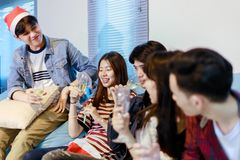 Le groupe asiatique d'amis ayant la partie avec de la bière alcoolique boit a Photographie stock