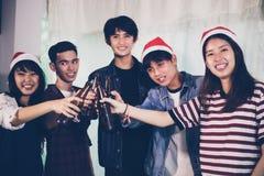 Le groupe asiatique d'amis ayant la partie avec de la bière alcoolique boit a Photographie stock libre de droits