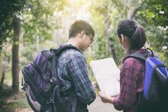 Le groupe asiatique des jeunes trimardant avec des amis balade de plain-pied Images stock