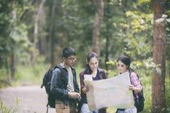 Le groupe asiatique des jeunes trimardant avec des amis balade de plain-pied Image libre de droits