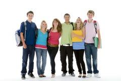 le groupe badine d'adolescent tiré par école Image stock