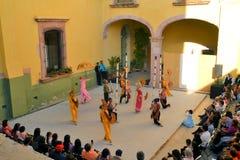Le groupe canadien-Philippino de danse exécute Photographie stock libre de droits