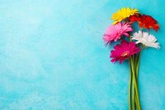 Le groupe coloré de gerbera fleurit sur le fond de pierre bleue Vue supérieure Copiez l'espace Photo stock