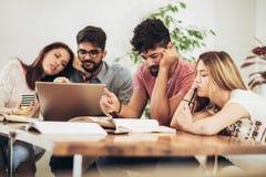 Le groupe d'étudiants étudient à la maison image libre de droits