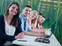 Le groupe d'étudiants étudient ensemble dans la salle de classe Image libre de droits