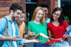 Le groupe d'étudiants internationaux est heureux au sujet de bonnes catégories photo stock