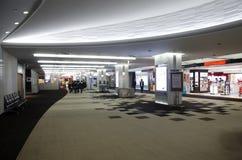 Le groupe d'étudiants japonais d'enfant marchant dans l'aéroport vont déclencher pour e Photo stock