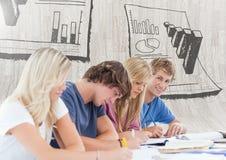 Le groupe d'étudiants s'asseyant devant la recherche de statistique dresse une carte des graphiques Images stock