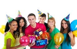 Le groupe d'adolescents célèbrent l'anniversaire au-dessus du blanc images libres de droits