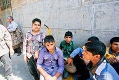 Le groupe d'adolescents rencontrent extérieur les amis près du bazar de ville Image stock