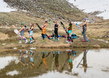 Le groupe d'adolescents s'est étendu sur la neige dans l'hiver Image libre de droits