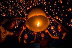 Le groupe d'ami apprécient le togather de festival de yeepeng en Thaïlande Image libre de droits