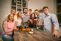 Le groupe d'amis appréciant égalisant boit avec de la bière Photos libres de droits