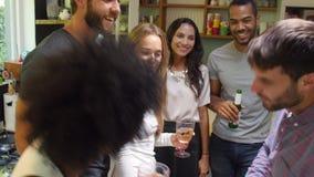 Le groupe d'amis appréciant des boissons font la fête à la maison banque de vidéos