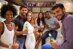Le groupe d'amis appréciant des boissons font la fête à la maison Photographie stock libre de droits