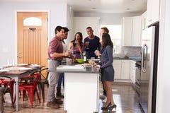 Le groupe d'amis appréciant pré le dîner boit à la maison Photo stock