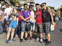 Le groupe d'amis célèbrent le jour de fierté du Latium et posent pour l'appareil-photo Images stock