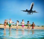 Le groupe d'amis courent en mer avec des avions dans le ciel Concept d'été Photos libres de droits