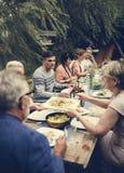 Le groupe d'amis dînent ensemble photo libre de droits
