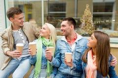 Le groupe d'amis de sourire avec emportent le café Photographie stock