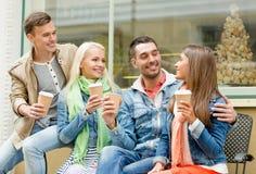 Le groupe d'amis de sourire avec emportent le café Images libres de droits