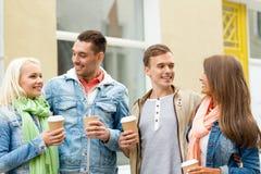 Le groupe d'amis de sourire avec emportent le café Photos stock