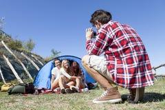 Le groupe d'amis des vacances prend des photos Image stock