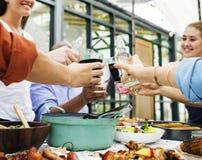 Le groupe d'amis divers appréciant l'été font la fête ensemble Image libre de droits