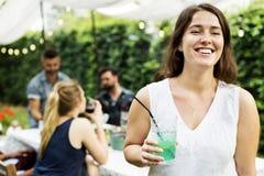 Le groupe d'amis divers appréciant l'été font la fête ensemble photographie stock libre de droits