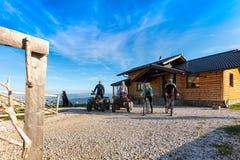 Le groupe d'amis est sur le point de commencer l'aventure sur des vélos de montagne et des vélos de quadruple d'atv devant la mai Photographie stock libre de droits